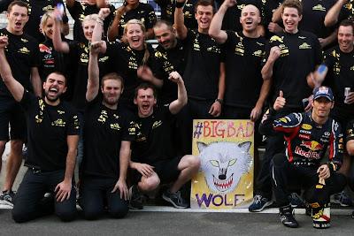 механики Red Bull и Макр Уэббер с плакатом BigBadWolf на Гран-при Кореи 2011