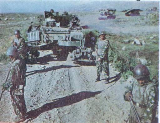 Afganistan, Patrol z mackami, w tle czołg z trałem KMT-6