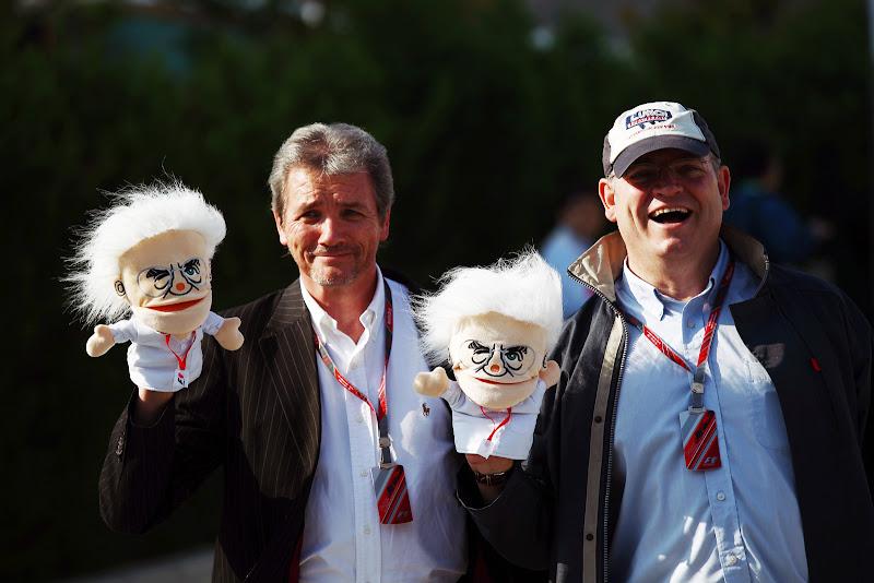 David Tremayne и Joe Saward с куклой Берни Экклстоуна на Гран-при Японии 2011