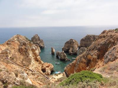 Utsikt mot en bukt med flere klipper.