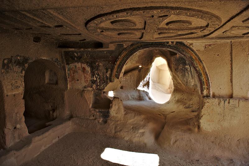 Explorand biserici rupestre vechi de 1000 de ani.