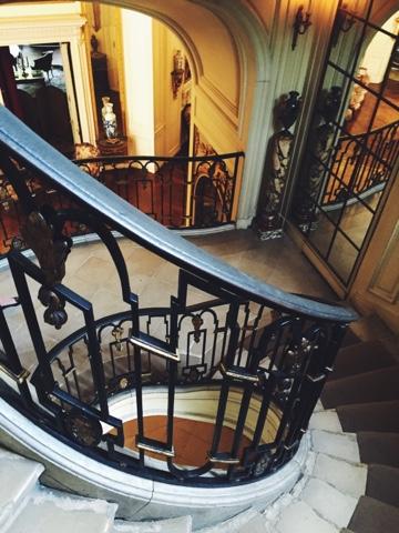 Musee Nissim de Camando: mansion staircase