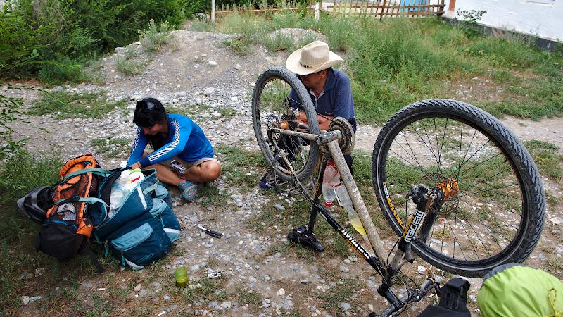 Pranzul si mesteritul la bicicleta sub privirea atenta a sefului de plantatie.