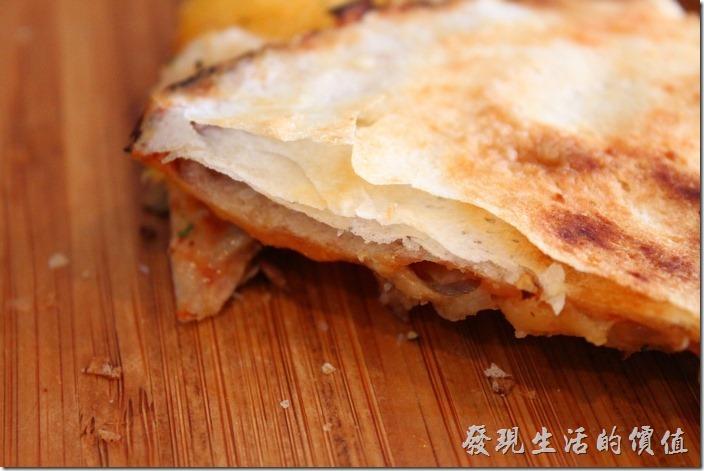 台南-巫比屋。後來才發現這披薩的餅皮怎麼一層一層像蔥油餅,問了店家後才知道原來這餅皮是春捲皮做的。