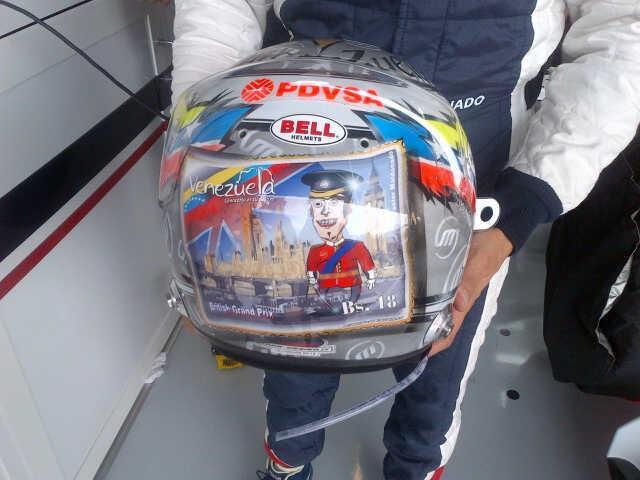 специальная раскраска шлема Пастора Мальдонадо для Гран-при Великобритании 2012 - вид сзади