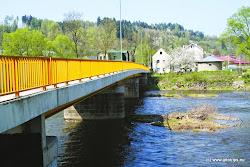 Most Vojkovice - vpravo i vlevo obec Vojkovice. Vlevo restaruace, obchod, lékař, pošta. O 500m níže vodácké tábořiště.