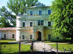 Pro Velichov byla pohromou třicetiletá válka, kdy císařské vojsko vesnici a tvrz v r. 1621 vypálilo. Poté se v obci vystřídala celá řada majitelů, mezi  nimi i Jan František Hessler, majitel stříbrných a cínových dolů v okolí. Ten si v obci nechal postavit pozdně barokní zámek vybudovaný ve středu obce, na pravém břehu Ohře v l. 1747-1755.