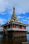 Platforma wiertnicza? Ależ nie, pagoda na wodzie.