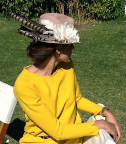 Invitada a boda muy elegante vestida de amarillo