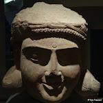Tête de bodhisattva. Uttar Pradesh, région de Mathura. Epoque kusana, seconde moitié du 1er s. ou début du 2e s. Grès rouge. MA 5935.