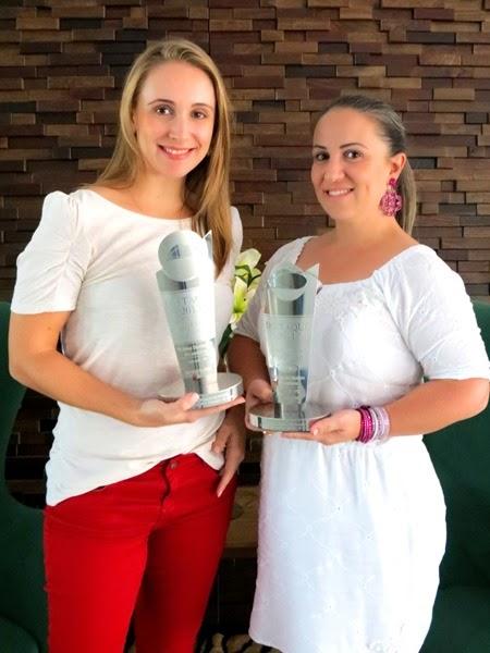 As diretoras da Bio Ativos, Silvana Fabian Duarte e LetÃ-cia Fabian Barbosa exibem dois dos troféus que a empresa recebeu nos últimos anos