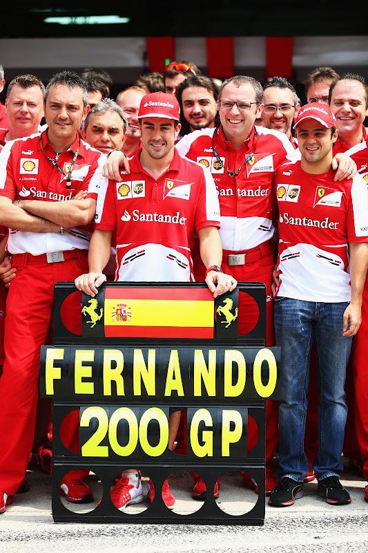 фото Фернандо Алонсо и механиков Ferrari в честь 200-ой гонки на Гран-при Малайзии 2013
