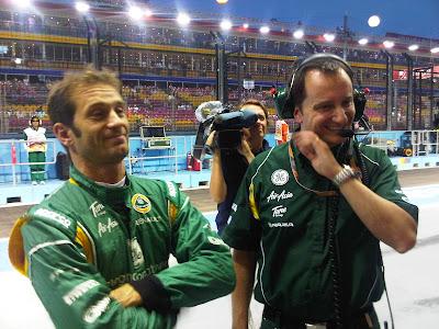 Ярно Трулли и механик смеются над чем-то на Гран-при Сингапура 2011