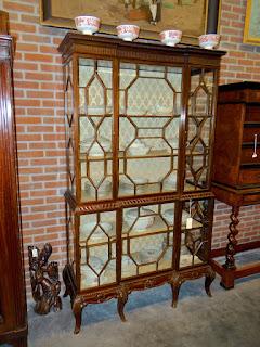 Красивый шкаф для посуды. 19-й век. Гнутые ножки, стеклянные дверки.
