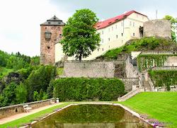 Nedaleko odtud, 7 km jižně od Horního Slavkova je město Bečov nad Teplou, které je městskou památkovou zónou. Ve 14. století zde na vysoké skalnaté ostrožně vyrostl hrad, kterýje spojen s barokním zámkem pod ním z roku 1753.