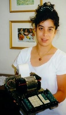 Maezia Faggin con prototipo primo calcolatore-computer Busicom del padre