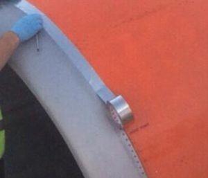 memperbaiki pesawat memakai selotip (2)
