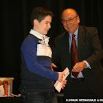Juan Grecos hace entrega del lote de productos Royal Classics, al ganador.