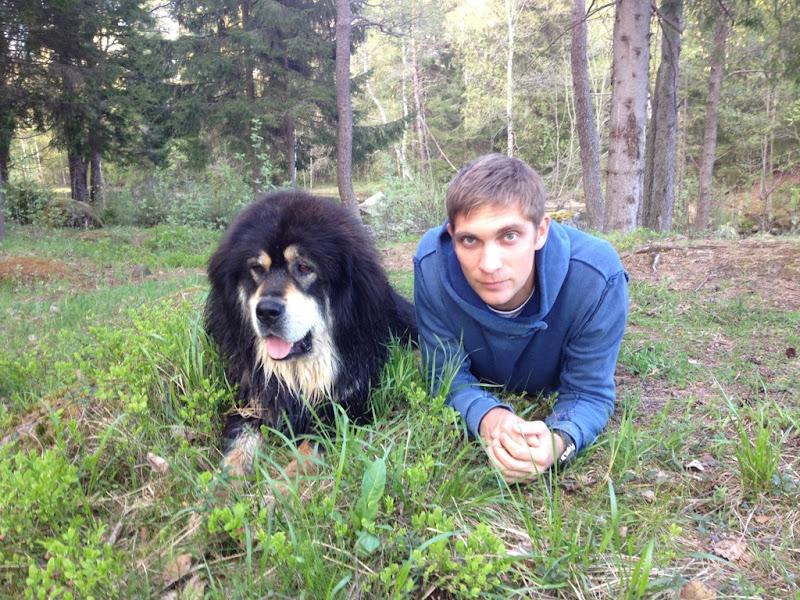 Виталий Петров со своей собакой в лесу