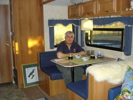 2007_0422_trailer_decor_01_carm_table