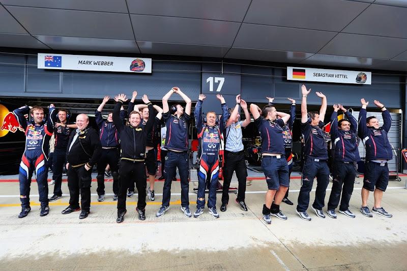 механики Red Bull пускают волну во время дождевой квалификации на Гран-при Великобритании 2012