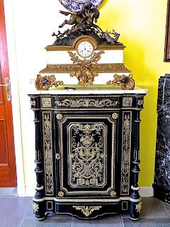 Красивый комод в стиле Буль. 19-й век. Мрамор, латунная инкрустация, позолоченная бронза. 5500 евро.