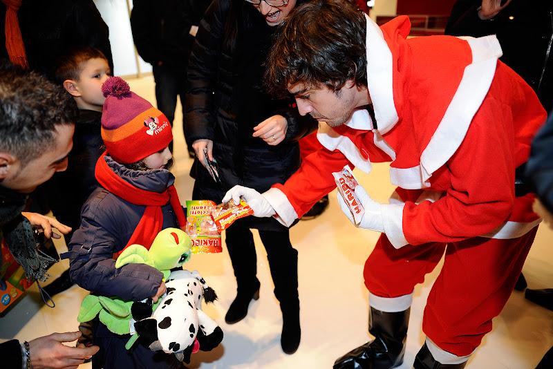 Фернандо Алонсо дарит детям подарки на рождественском мероприятии Ferrari 18 декабря 2011
