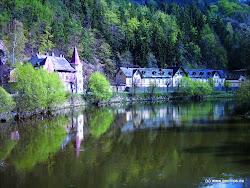 KYSELKA - 730 obyvatel. Oblast kolem obce Kyselka byla kolonizována již ve 13. století. Datum osídlení samotné obce však díky nedostatečnému svědectví archeologických nálezů nelze přesně určit. První písemná zmínka o užívání místních pramenů pochází z roku 1522.