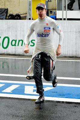 Нико Хюлькенберг бежит по пит-лейну Интерлагоса на Гран-при Бразилии 2013