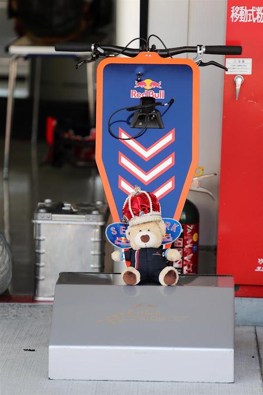 плюшевый медведь у домкрата Red Bull на Гран-при Японии 2012