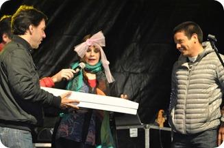 La cantante recibió regalos y distinciones del Gobierno comunal