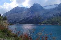 Auf dem Scheitel des Passo di Fedaia (2057m). Auf der gegenüberliegenden Seite des Stausees Lago di Fedaia die Flanke des Marmolata-Massivs mit einem Teil des Gletschers.