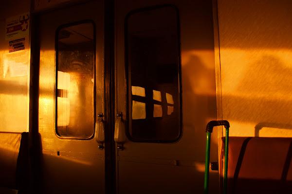 электричка вагон солнце закат