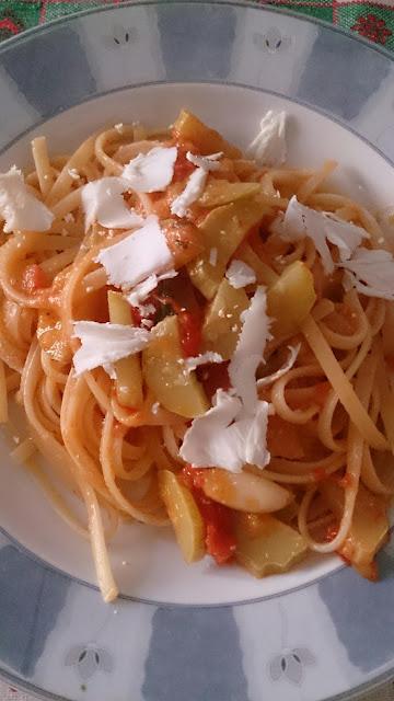 spaghetti con zucchine, pomodorini e ricotta salata