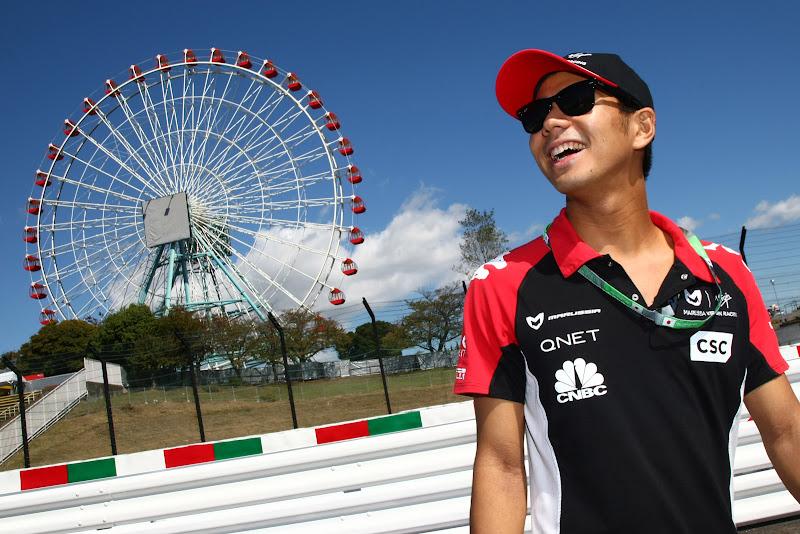 Сакон Ямамото перед колесом обозрения Сузуки на Гран-при Японии 2011