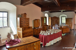Dnes je to významné turistické výletní místo s několika výstavními expozicemi. Najdete zde expozici seznamující s vývojem interiérů a nábytku v 19. století, barokní a rokokový intarzovaný nábytek a hradní černou kuchyň s původním nádobím. Provedeme Vás i dějinami porcelánu až po současnost.