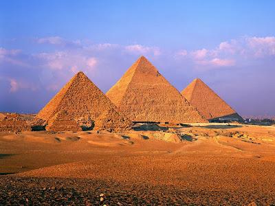 Piramides de Gizah (Keops, Kefrén y Mikerinos). Realizadas con bloques de piedra caliza. IV dinastía (2575-2465 a.C.). El Cairo, Egipto.