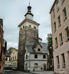 Černá věž ve které je kromě středověké hladomorny zajímavá archeologická expozice zaměřená na architekturu opevnění okolních měst.