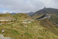 Auf der Dosso Alto-Höhenstrasse. Die aufgegebene militärische Funkanlage auf dem Gipfel des Dosso dei Galli.