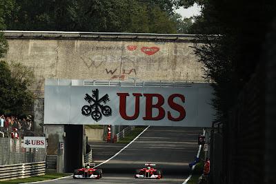 Фелипе Масса и Фернандо Алонсо на Ferrari проезжают под старым бэнкингом Монцы на Гран-при Италии 2011
