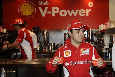 Фелипе Масса разносит кофе на спонсорском мероприятии Shell перед Гран-при Австралии 2012