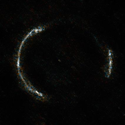 galáxia distante afetada por lente gravitacional