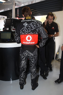 Дженсон Баттон в специальном черном комбинезоне Hugo Boss на Гран-при Италии 2011 в Монце