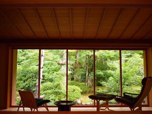 [写真]客室内から庭を眺める