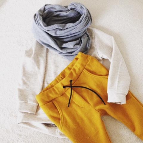 Handgemaakt baby grijze cirkelsjaal shirt en oker broek