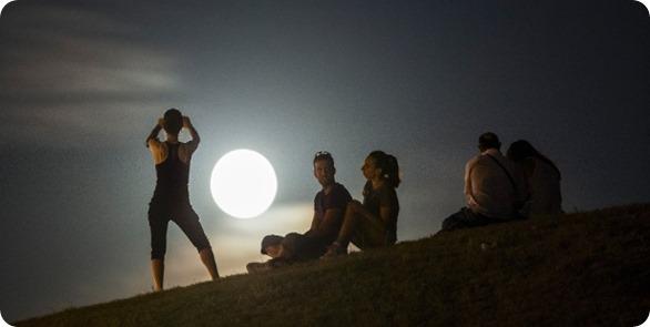 Grupo-assiste-a-lua-em-seu-perigeu-termo-tecnico-para-o-fenomeno-conhecido-como-superlua-na-cidade-de-madri-espanha-nesta-terca-feira-9-a-superlua-ocorre-quando-a-lua-chega-mais-proximo-14103095239