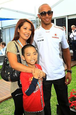 Льюис Хэмилтон фотографируется с болельщиками на Гран-при Австралии 2012