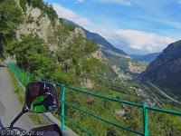 Auf der Montvernier-Höhenstraße. Auf diesem knapp mehr als 1-spurigen und enorm kehrenreichen Sträßchen gehts hinunter ins Tal der L'Arc in den Ort Pontamafrey. In der Bildmitte der Ort Saint-Jean-de-Maurienne. Die Montvernier-Höhenstraße ist jeden Abstecher wert.