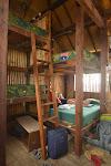 dwuosobowe łóżka w dormitorium