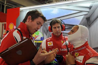 Роб Смедли показывает что-то Фелипе Массе в гараже Ferrari на Гран-при Германии 2011